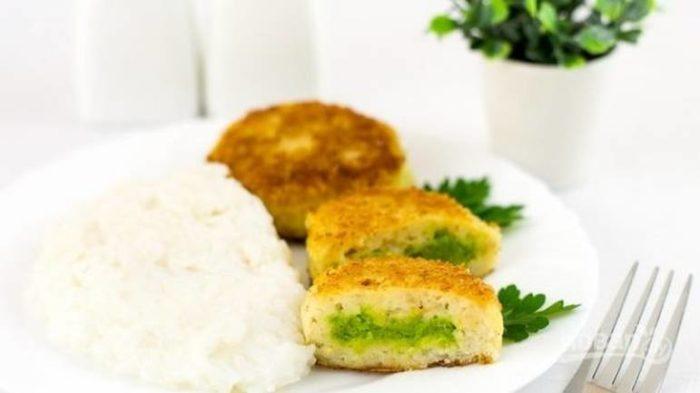 Рыбные котлеты c зеленым горошком