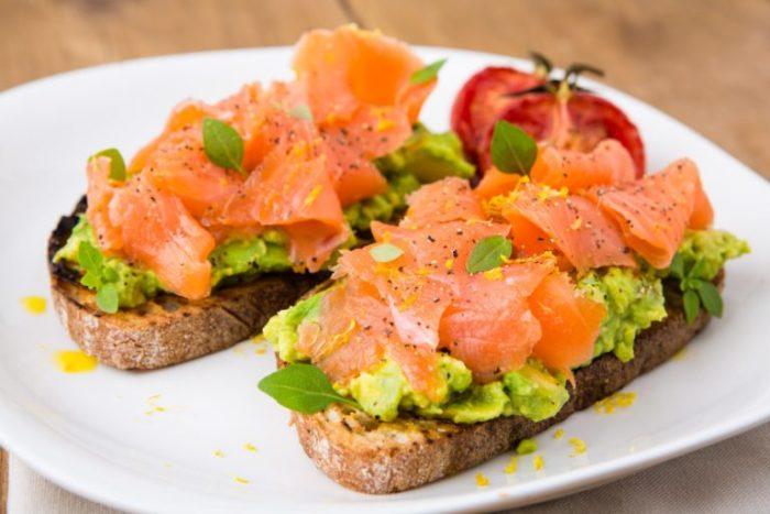 Как приготовить сытные бутерброды с семгой и авокадо?